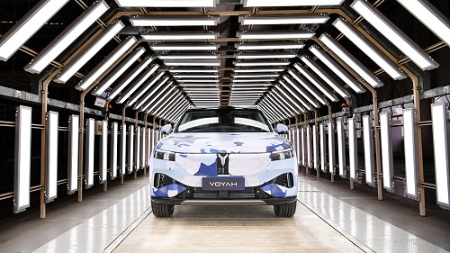 11月25日,岚图汽车中大型高端智能电动SUV在武汉预生产下线.jpg